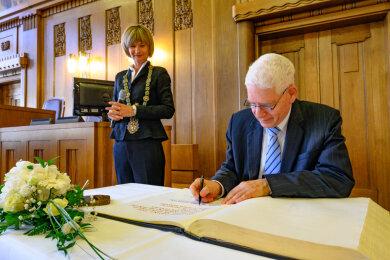 Josef Schuster, Präsident des Zentralrates der Juden in Deutschland, trug sich am Montag ins Goldene Buch der Stadt Chemnitz ein.