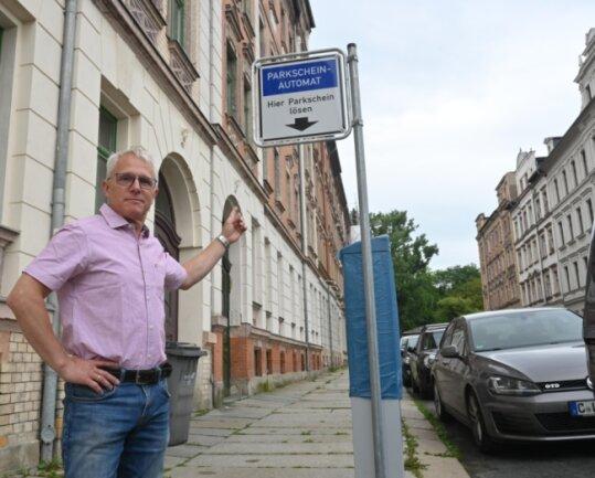Malermeister Thomas Wagner an einem der neu installierten Parkautomaten im Viertel am Schauspielhaus. Das bislang kostenfreie Parken soll auch dort demnächst nicht mehr möglich sein.