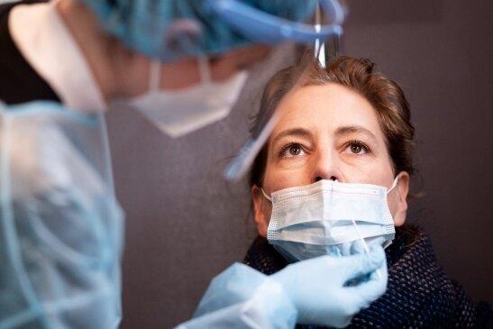 Nasenabstrich in einem Corona-Schnelltest-Zentrum: Für den Test fallen seit einigen Tagen Kosten an.