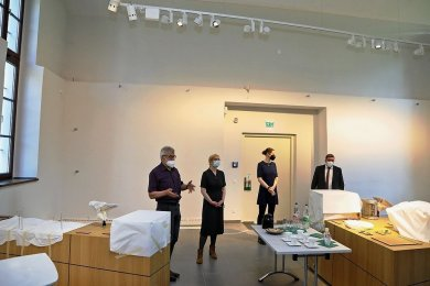 Bürgermeister Bernd Pohlers, Museumsleiterin Fanny Stoye, Stellvertreterin Sandy Nagy und Rechtsanwalt René Paul (von links) beim Pressegespräch in der geschlossenen Begleitausstellung.