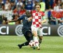 Luka Modric (vorne) erhält den Goldenen Ball