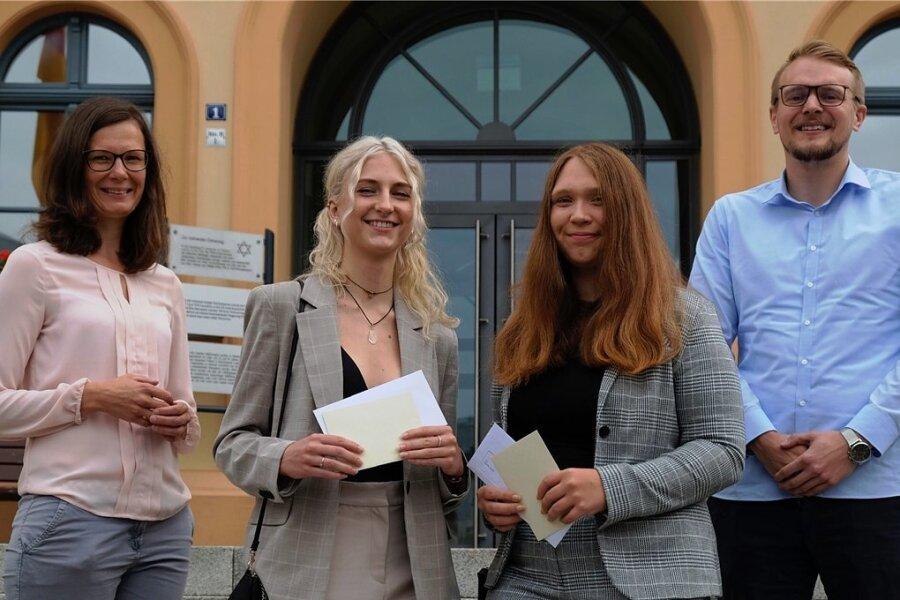 Charlotte Brenner (2. von links) und Sophie Ingrisch haben ihre Fachhochschulreife an der Hansa Handelsschule Reichenbach mit 1,0 bestanden. Klassenleiterin Caroline Fröhlich-Dolz (links) und Schulleiter Mark Büdeker sind stolz auf die beiden.