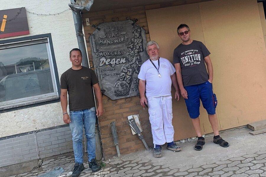 Die Backstube von Gregor Degen (M.) stand unter Wasser, hat keine Fenster und Türen mehr. Marcel Arzig (l.) und Mirko Wohlleben haben nun Hilfe versprochen.