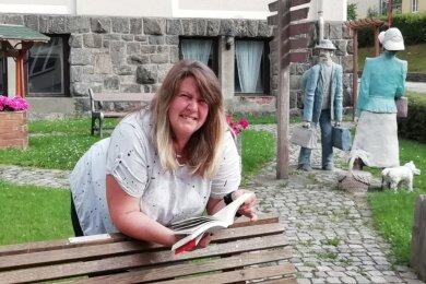Sandra Grunert ist eine Leseratte und möchte ihre Bücher gern auch anderen zur Verfügung stellen. Hier am Auerbacher Rathaus könnte sie sich gut einen Standort für ihren Bücherschrank vorstellen.