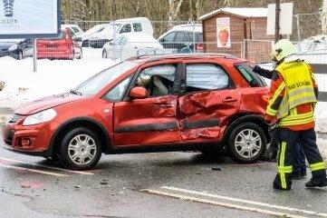 Der Suzuki wurde durch den Zusammenstoß mit dem Laster schwer beschädigt.
