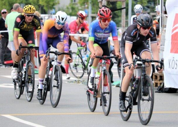 Beim Radkriterium in Chemnitz gewann Arthur Lenne (blaues Trikot) vom Radteam Berthold Hainichen das Rennen der Amateure. Der Großwaltersdorfer Sven Forberger (gelber Helm) wurde Dritter.