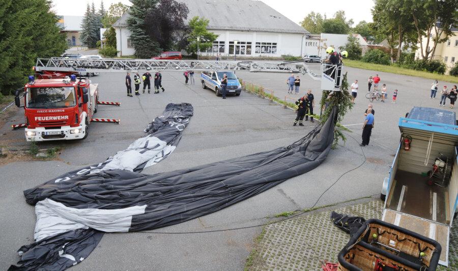 Heißluftballon wird in Baum getrieben