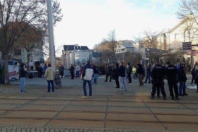 25 Personen waren angemeldet, mehr als 60 kamen zu einer Kundgebung des rechtsextremistischen Dritten Wegs in der Plauener Innenstadt.