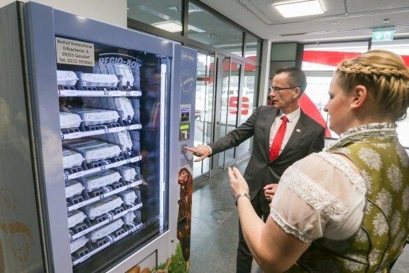 Michael Kreuzkamp, Vorstandsvorsitzender der Sparkasse, und Sarah Kretzschmar vom Biohof Kretzschmar am Eier-Automat.