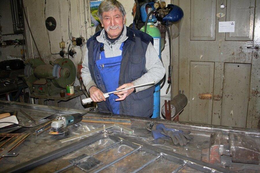 Dietmar Weigel steht auch mit 76 Jahren noch in seiner Werkstatt in Königswalde. Nach wie vor erstellt er alle Zeichnungen und Skizzen selbst und das per Hand, einen Computer braucht er nicht.