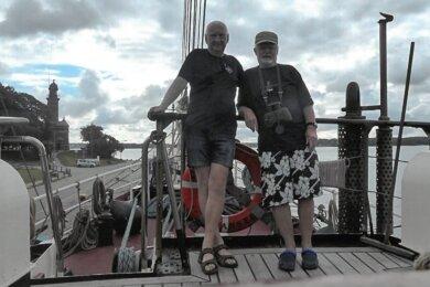 Heinz Schlenker (rechts) und sein Freund Michael Dick aus Zwickau sind auch in diesem Jahr wieder auf gemeinsame Segelreise gegangen.