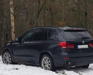 Der gestohlene BMW wurde an einem Waldstück entdeckt.
