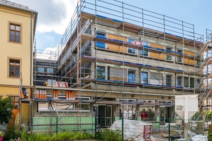 Bauamtsleiter Stefan Proksch legt sich fest: Der Anbau an die Goethe-Grundschule im Stadtzentrum von Olbernhau wird noch in diesem Jahr fertiggestellt.