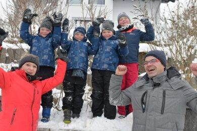 Familie Kolbe aus Mulda - dazu gehören Mutti Lysann, die Drillinge Tayler, Levi und Jayden (6), Schwester Zoe (9) und Vati Rico - freut sich über die Öffnung des Naturkinderhauses Mulda.