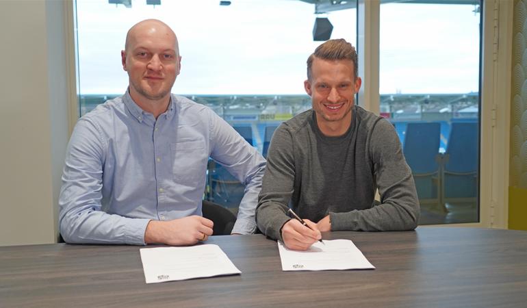 Armin Causevic (links) bei der Vertragsunterzeichnung mit Maximilian Oesterhelweg