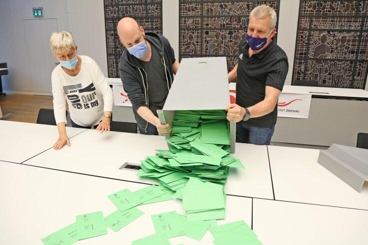 Wahlhelfer um Sachgebietsleiter Jörn Küttler (rechts) zählten am Dienstag mehr als zwei Stunden lang die Stimmen aus.