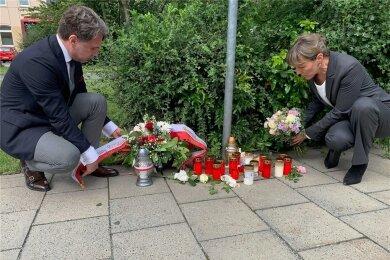 Am Tatort in Hof haben Polens Vize-Generalkonsul Marcin Król und die Hofer Oberbürgermeisterin Eva Döhla (SPD) am Mittwoch gemeinsam Blumengebinde niedergelegt.