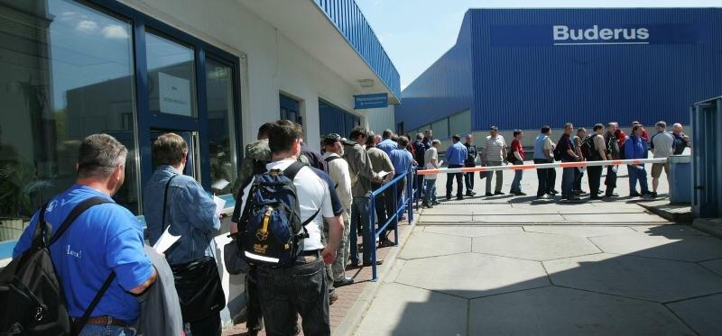"""<p class=""""artikelinhalt"""">In einer langen Schlange stellen sich Bosch-Mitarbeiter an, um ihre Lohnforderungen demonstrativ geltend zu machen. </p>"""
