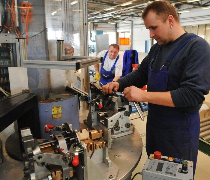 Koki Transmission Systems Niederwürschnitz richtet gegenwärtig seinen neuen Produktionsstandort in Pfaffenhain ein. Im Bild: Heiko Schlegel bei Arbeiten am Montage- und Endprüfstand.