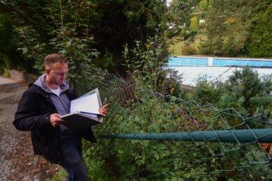 Felix Kreißel vom Bürgerverein Erfenschlag setzt sich für die Wiederinbetriebnahme des seit 2014 geschlossenen Freibads Erfenschlag ein und hat dafür Pläne erarbeitet. Nun hat die Stadt ein Konzept vorgelegt.