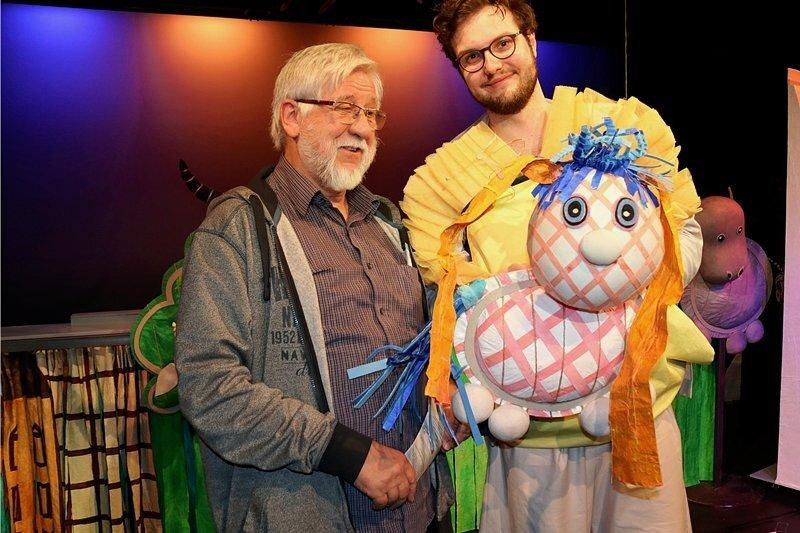 """Puppenspieler Heinrich Schulze (links) mit Ersatzmann Konrad Bruno Till und dem """"kleinen Ich""""."""
