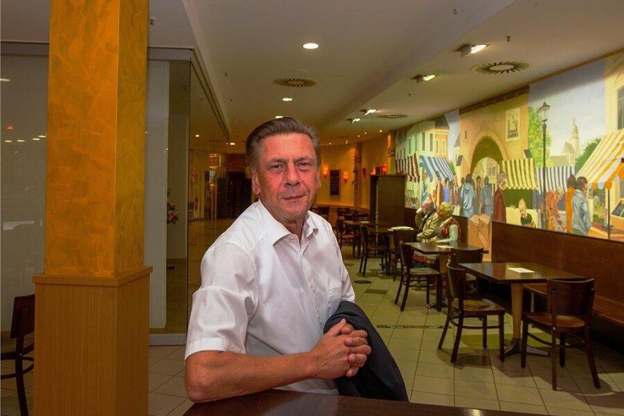 Kolonnaden-Manager Holger Kappei freut sich schon auf neues und vor allem farbenfrohes Mobiliar in der Schlemmermeile im Erdgeschoss.