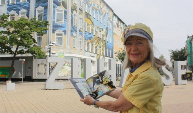 Stadtführerin Renate Otto hat ein Buch mit Chemnitzer Graffiti-Kunst drucken lassen.