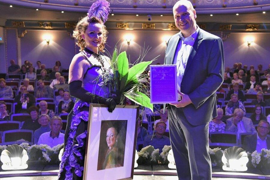 Nadien Riedel wurde auf der Bühne in Bad Elster von Generalmusikdirektor Florian Merz verabschiedet.