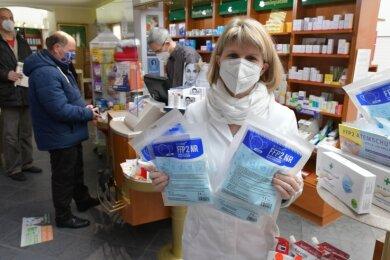 Die Herausgabe kostenfreier FFP2-Masken hat begonnen. In der Apotheke St. Marien an der Untergasse in Freiberg haben Apothekerin Anke Tanneberger und ihr Team alle Hände voll zu tun.