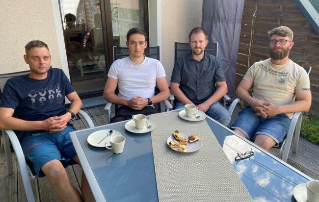 Retteten eine Frau aus einem brennenden Haus in Hammerbrücke: Daniel Gütter, Lukas Kain, Steffen Huy und Björn Meisel (von links). Am Montagabend ließen die Vier ihre Hilfsaktion Revue passieren.
