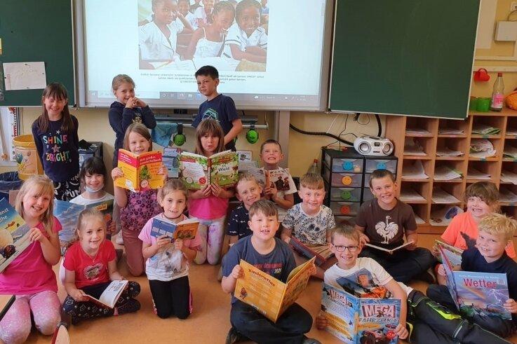 """Stolz wie Bolle: Die Jungen und Mädchen der Klasse 1a in Mildenau haben bei der Aktion """"Let us Learn"""" von Unicef mitgemacht."""