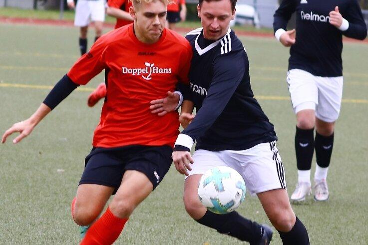 Devon Klitzke vom VfB Annaberg will dem Zwickauer Tim Trautner (r.) den Ball abnehmen.