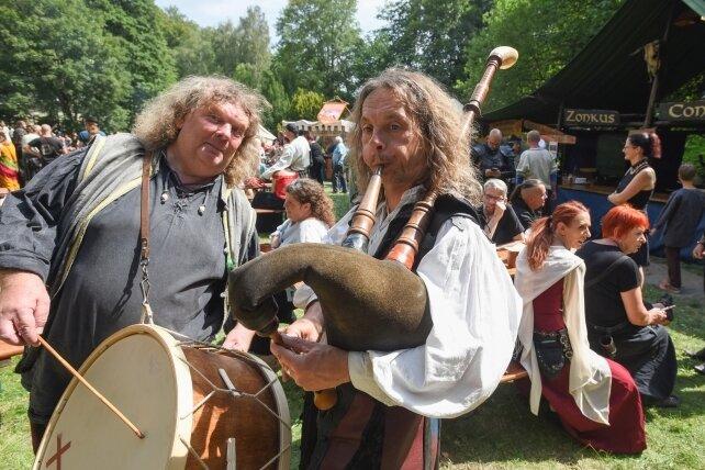 Carsten Heiden (links) und Marc Zschäckel brachten als Duo Obscurum mittelalterliche Klänge an die Burg Rabenstein.