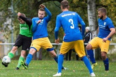 Packende Torraumszenen waren Mangelware: Hier zieht Heiko Dittrich (l.) vom TSV vor Oederans Moritz Reichelt ab.