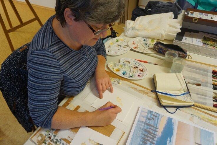 Konzentriert arbeitet Kathrin Werner an ihrem Aquarell.