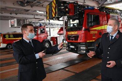 Limbach-Oberfrohnas Gemeindewehrleiter Sven Büchner (l.) und Dirk Pustolla, Ortswehrleiter der Freiwilligen Feuerwehr Limbach, haben sich das neue Drehleiterfahrzeug am Dienstag angeschaut. Das Auto ist bei den Limbachern im Depot stationiert.