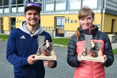 Valentin Mättig aus Klingenthal und Anne Gabriel aus Weischlitz erhielten den Preis für den Sieg in der Kombinationswertung aus Lauf und Radfahren bei den Männern und Frauen verliehen. Sie dürfen sich jetzt Aschberg-König beziehungsweise Aschberg-Königin nennen.