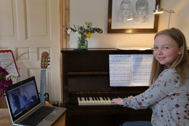 Die Freibergerin Meret Kalkbrenner absolviert Online-Musikunterricht mit ihrem Lehrer André Engelbrecht, der ihr am Laptop zugeschaltet ist.