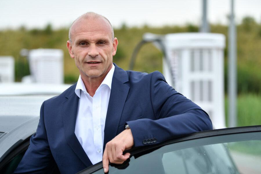 Thomas Ulbrich, VW-Vorstand für E-Mobilität, steht bei der Inbetriebnahme eines Ionity E-Superschnell-Ladeparks an einem VW e-Golf. Der Elektroauto-Vorstand der Kernmarke VW Pkw, Thomas Ulbrich, verlässt den Autobauer.