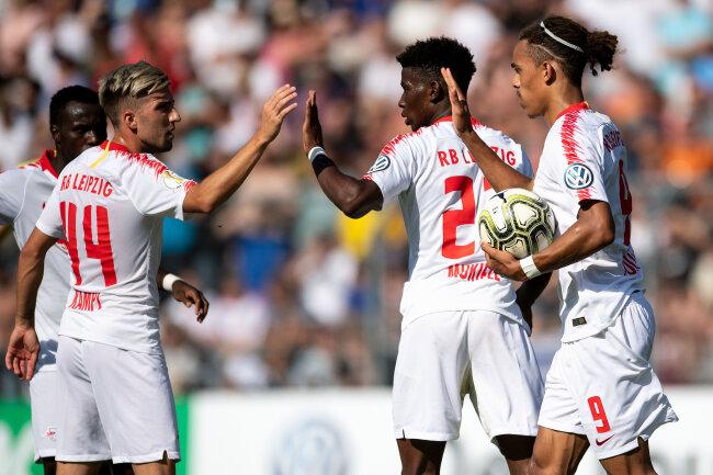 Leipzigs Kevin Kampl (v.l.), Nordi Mukiele und Torschütze Yussuf Poulsen jubeln nach dem Treffer zum 1:1 Ausgleich.