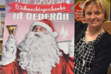 Claudia Stowasser von der Oederaner Händlerinitiative - hier bei einem Fototermin zur Vorbereitung des Einkaufssonntags am 2. Advent - wirbt darum, für Weihnachtsgeschenke den Lieferservice der Oederaner. Foto: Christof Heyden/Archiv
