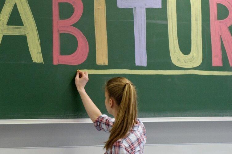 Geschafft. Der Abi-Jahrgang 2021 hat seinen Abschluss in der Tasche. Nur wenige fielen durch, in Summe haben die Absolventen einen guten Notendurchschnitt erreicht. Während sie nun zu neuen Ufern, etwa der Uni, aufbrechen, stehen die Schulen weiter vor Herausforderungen.