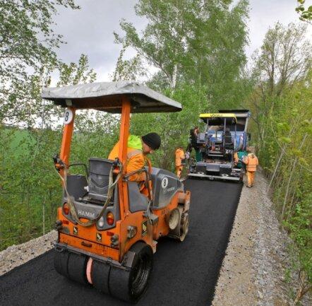 Der Radwegbau geht in die entscheidende Phase: Die Firma Bickhardt Bau begann am Dienstag mit dem Asphaltieren.