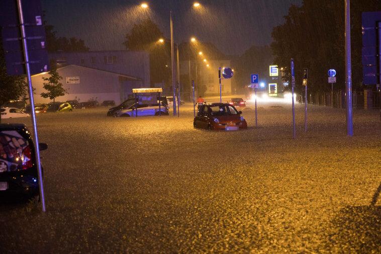 Starke Regenfälle: Parkplatz in Freiberg unter Wasser
