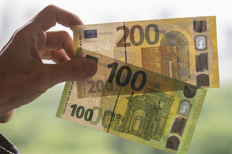 Neue Einhundert- (unten) und Zweihundert-Banknoten werden bei der Bundesbank vorgestellt. Die neuen Scheine verfügen über neuartige Sicherheitsmerkmale und sind schmaler als die bisherigen Scheine. Ende Mai werden 100- und 200-Euro-Scheine mit weiteren Sicherheitsmerkmalen in Umlauf gebracht.