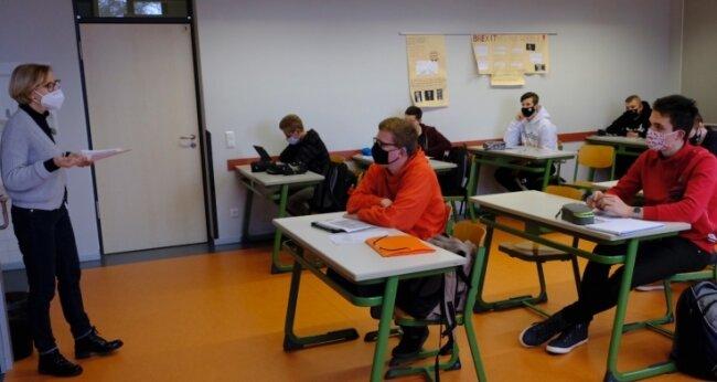 Start in den Präsenz-Grundkurs Deutsch mit Lehrerin Andrea Förster. Das Goethe-Gymnasium achtet wie im ersten Lockdown auf Abstand und Maske.