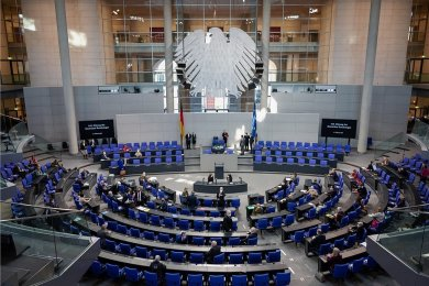 Der Plenarsaal des Deutschen Bundestages kurz vor der Plenarsitzung am 12. Februar. Dabei beriet das Parlament zum ersten Mal über das neue Gesetz zum Schutz bei einer epidemischen Lage.