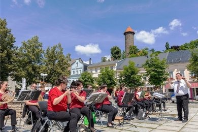 Nach langer Zwangspause spielte das Jugendblasorchester am Samstag auf dem Neumarkt, rechts Orchesterleiter Andreas Schmidt.