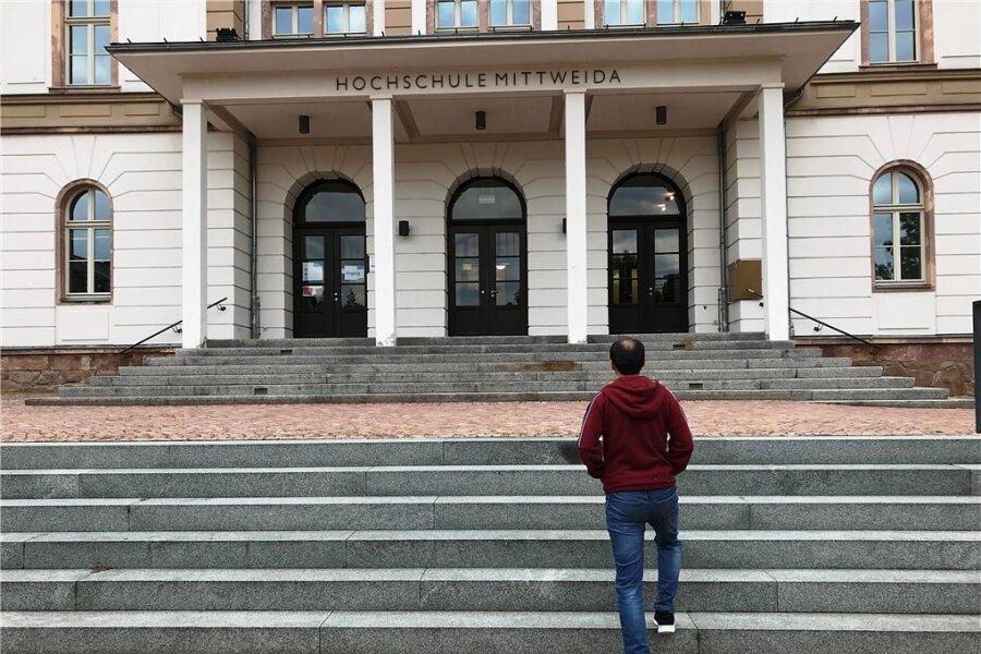 """Sayed Monsef vor dem Hauptgebäude der Hochschule. """"Im Moment gibt es für uns keine Lösung"""", sagt er über die Lage seiner Familie."""