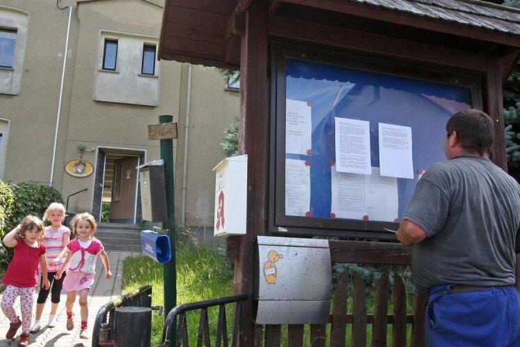 """<p class=""""artikelinhalt"""">Am Dienstag hing der Brief wieder am Schaukasten der Kindervereinigung Lobsdorf. In dem Schreiben machen sich die Eltern Luft. Sie kritisieren die Gemeinde. Bereits dreimal musste es neu angebracht werden. </p>"""